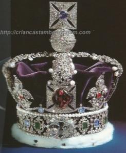 A coroa que a rainha usa para abrir as sessões anuais do Parlamento